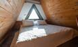 Домик-студия: На мансардном этаже двуспальная кровать.