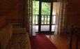 проходная комната с двуспальной диваном, выход на террасу-балкон