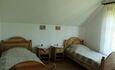 Усадьба «Олизаров став». Второй этаж — комната с двумя кроватями.
