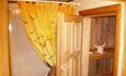Русская банька, где можно и попариться, и отдохнуть в комнате с диванами, и освежиться в пруду.