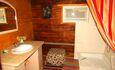 """Усадьба """"Сказка""""  в Беловежской пуще, Санузел со всеми удобствами. Горячая вода 24 часа в сутки. Стиральная машина-автомат."""