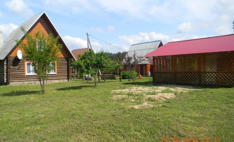 Агроусадьба «Почта Абабье», Вид на усадьбу от леса.