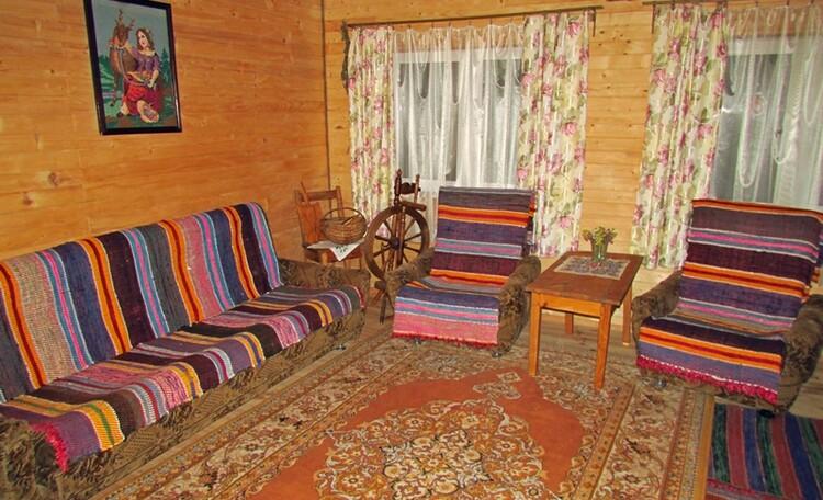 Большая спальня (23 м кв) с раскладным диваном.