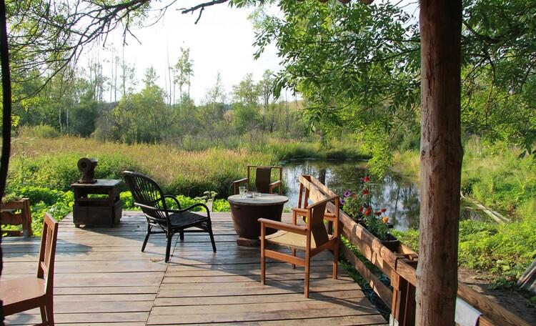 Агроусадьба «Арт-деревня Каптаруны», Корчма с баней. Терраса у пруда с видом на Евросоюз