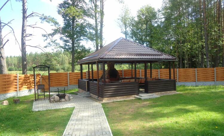 Домик охотника «Борисовский опытный лесхоз», беседка у озера