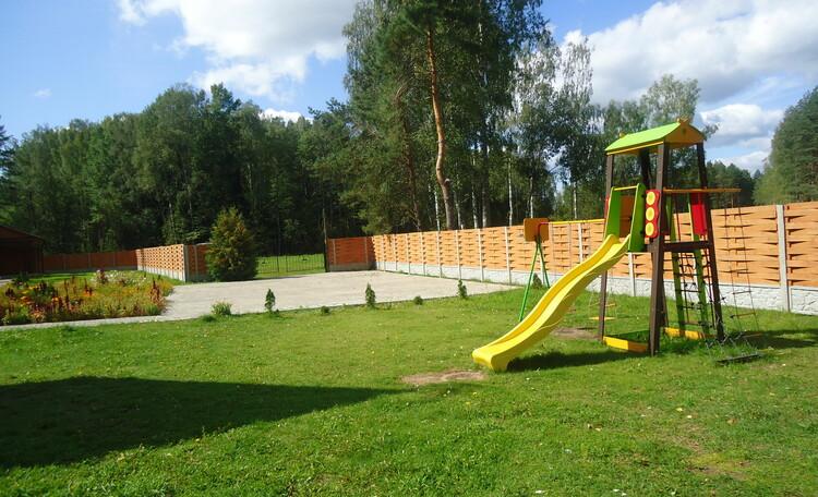 Домик охотника «Борисовский опытный лесхоз», детская площадка, стоянка для автомобилей отдыхающих