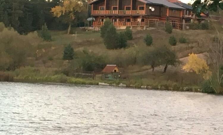"""Farmstead VIP """"Medvezhiya zavala"""" (""""Bear dam""""), Вид с озера"""