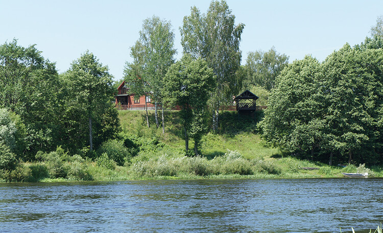 На берегу Березинская рыбалка, С территории усадьбы открывается живописный вид на реку Березина. Спуск к месту купания занимает не более пары минут.