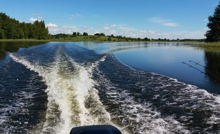 """House """"U Borisovicha"""", Мощный мотор, рассекает водную гладь во время прогулок по 6 озерам.."""