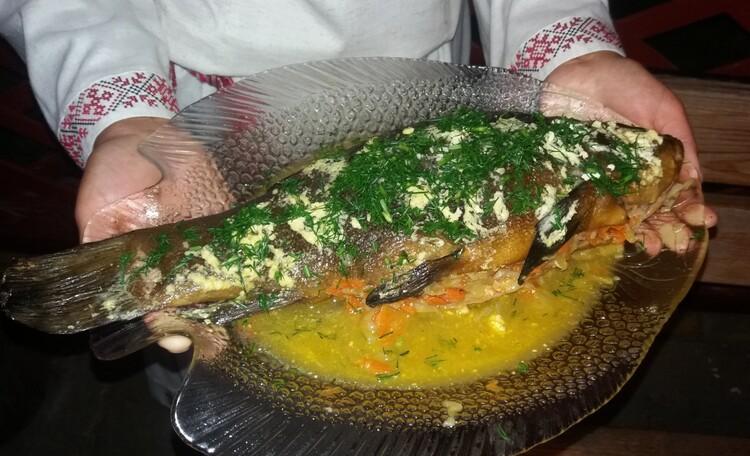 Усадьба «Устье LIFE», Любимое блюдо туристов, запеченный с овощами Линь, нежно приготовленный хозяйкой