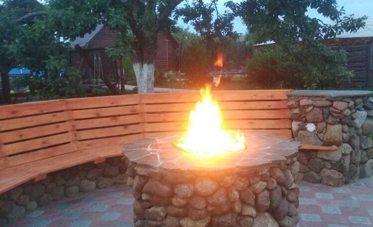 """Homestead """"Sosnovyiy Gai"""" (""""Pine grove""""), Садовый очаг: эксклюзив, уютное место, душевная обстановка для хорошей компании.Уникальный объект, авторская работа, каждый камень уложен вручную - 60 тонн камня. С доп.подсветкой в камнях и фонари вокруг для внешней картинки в ночное время суток."""