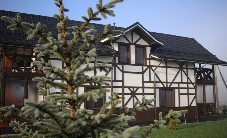 Дома в двух вариантах: апартаменты 80м2 на 6-8чел. Либо 160м2 на 12-14чел.