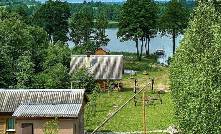 Мы находимся прямо на берегу озера, расположение домов