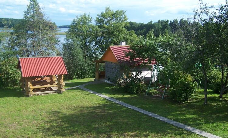 Домик «Незабудка», Вид с балкона на озеро.Внизу беседка и баня.