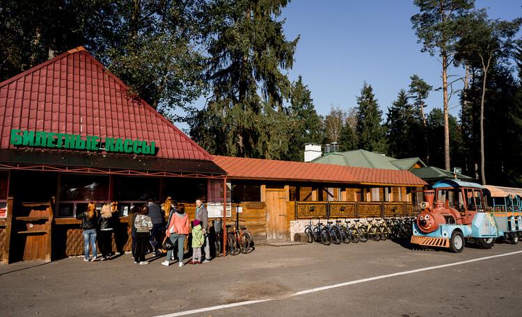 Агроусадьба «Пущанский дворик», Билетные кассы, пункт проката велосипедов возле главных ворот парка