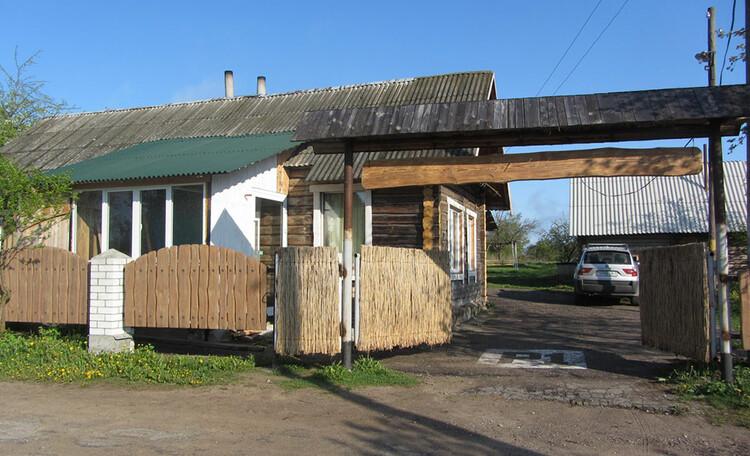Усадьба «Востриковка». Заезд на стоянку дома  1