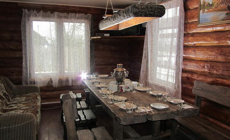 Усадьба «Востриковка». Дом №1. Стол на 14 человек. Диван. Телевизор