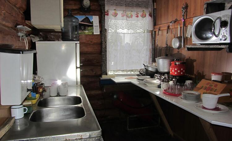 Усадьба «Востриковка». Дом №1. Кухня, холодильник и газовая плита
