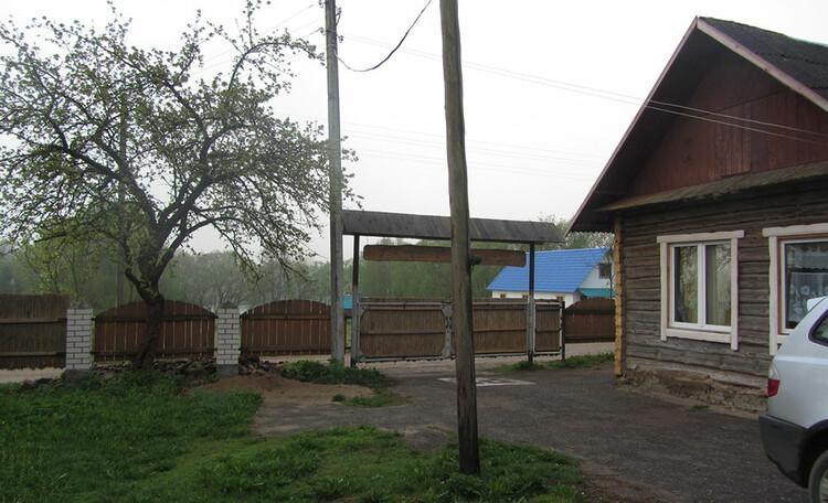 Усадьба «Востриковка». Стоянка машин в дворе дома №1