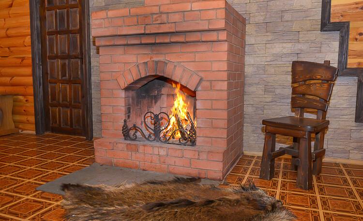 Домик охотника «Борисовский», Гостиная в охотничьем домике, камин