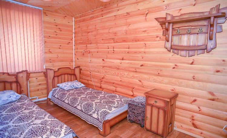 Домик охотника «Борисовский», одна из спален охотничьего домика