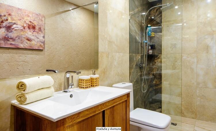 Отдельные домики от 2 до 10 человек, камин, баня, бассейн, циммеры, шале, бунгало., ДОМИК НА 3 ЧЕЛОВЕКА душевая комната