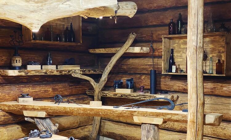 Голубые озера усадьба Трабутишки, Каминный зал, барная стойка.