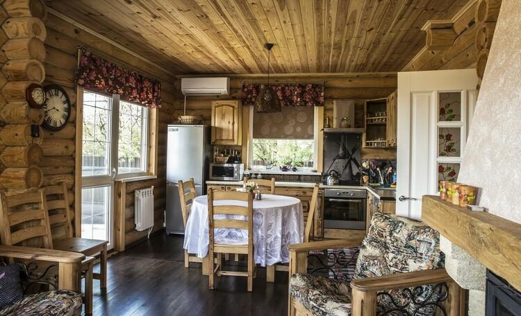 Усадьба Домик в пуще Дом №1  Кухонная зона со всем необходимым.