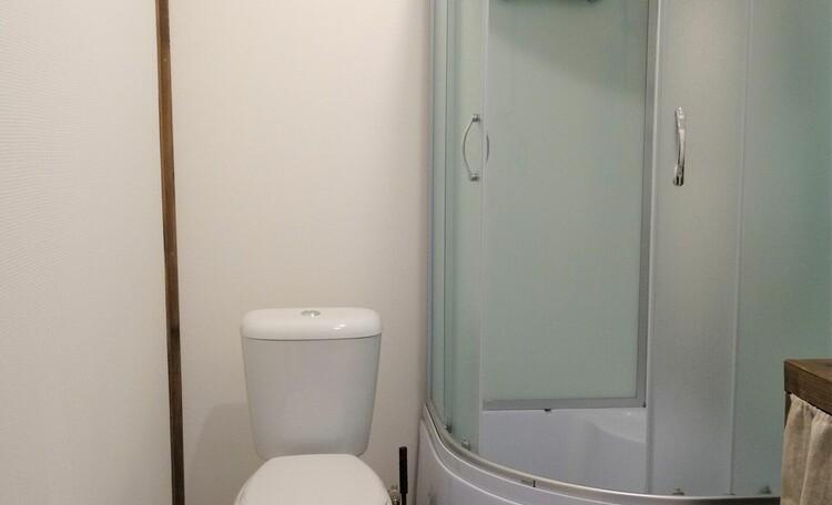 Агроусадьба «Оленья», Первая ванная: душевая кабина, туалет, горячая/холодная вода, раковина, фен, полотенца, мыло, шампунь, гель для душа, туалетная бумага