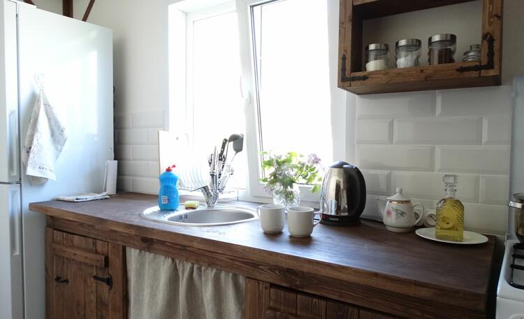 Агроусадьба «Оленья», Кухня полностью оснащена (газовая плита, микроволновка, тостер, холодильник, чай, кофе, сахар, масло, соль) и в ней есть стиральная машина