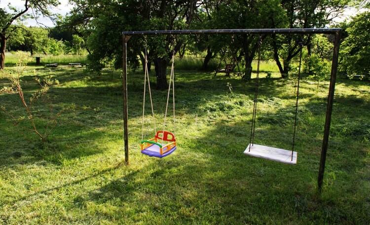 Зона отдыха для детей. Качели на разный возраст