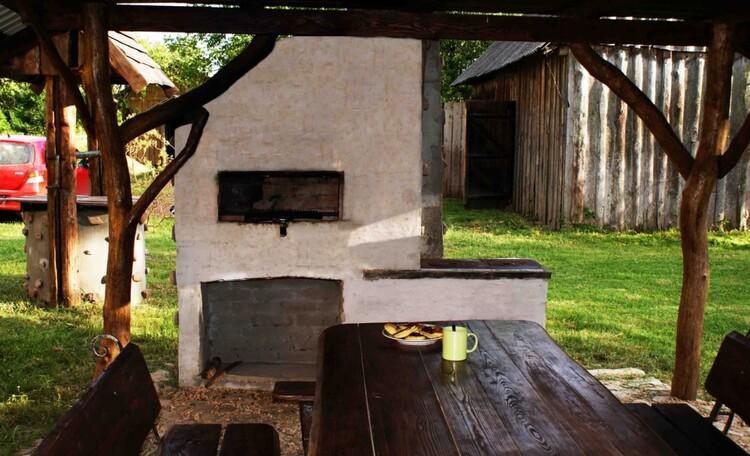 Мангал и печка для кухни на огне прямо в беседке.