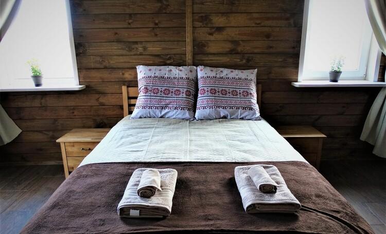 Агроусадьба «Оленья», Во второй спальне - двухспальная кровать (сп.м. 140*200 см), односпальный диван-кушетка (сп.м.70*186 см), выход на улицу