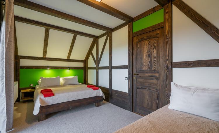 Это спальни. В каждой двуспальная кровать и односпальная