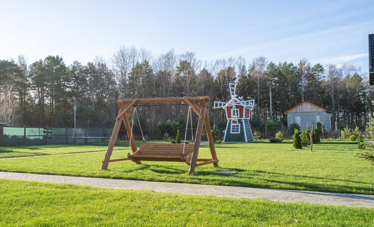 Усадебный комплекс «Бавария», Замечательные качели и двухэтажная мельница для детей