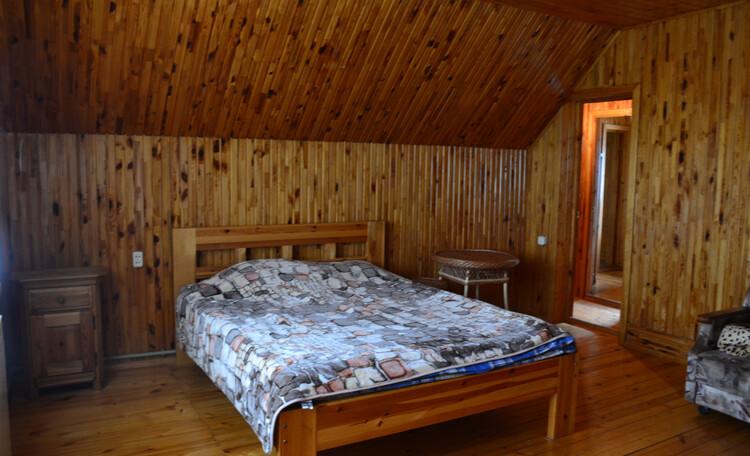 Усадьба «Карла Маркса», прекрасная большая комната с 2-х спальной кроватью.постельное белье входит в стоимость ,есть шкаф .
