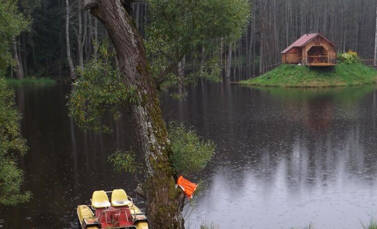 Агроусадьба «Лесной островок», можно сколько угодно бесплатно кататься на катамаране