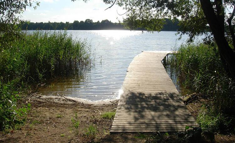 Усадьба «У Гавриловича», Озеро с мостиком, недалеко от бани.