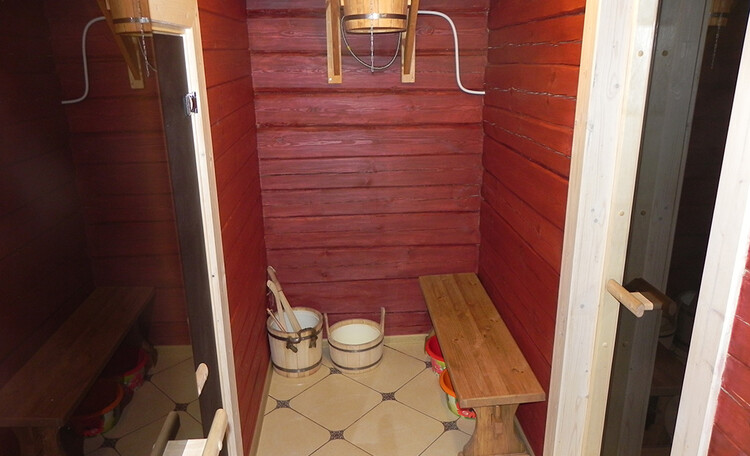 Усадьба «Березинская мечта» у реки, Помывочная с обливным ведром в бане усадьбы Березинская мечта. Арендовать дом с баней в Белоруссии