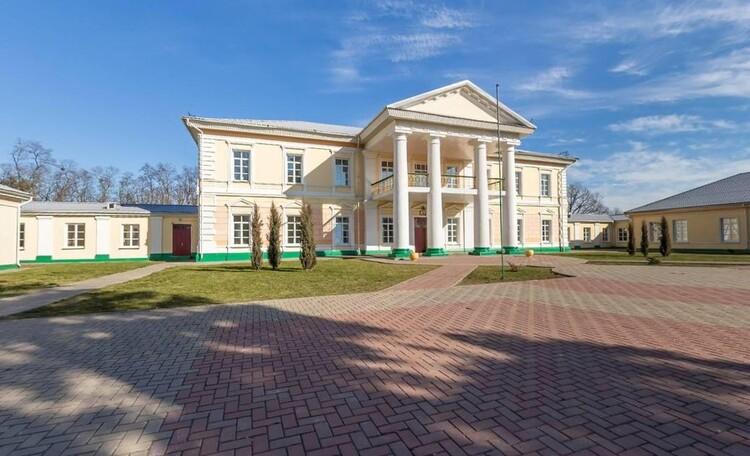 База отдыха «Сутково», Усадебный дворец графини Е.В. Барановской.