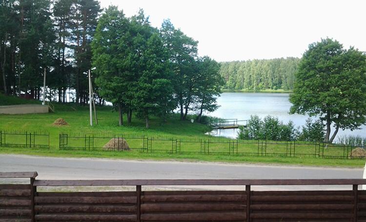 Сядзіба «Центр Европы», Живописный вид с усадьбы на озеро. Есть пирс, можно порыбачить или прокатиться на лодках по озеру.