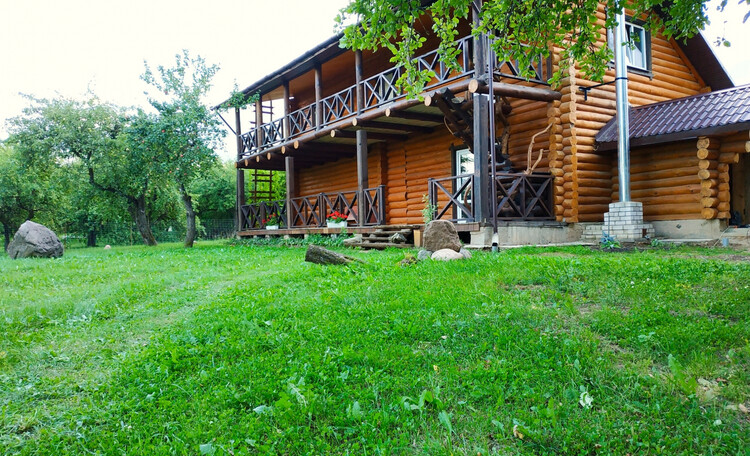 Усадьба «Сосновый дом», Задний двор с двумя открытыми террасами.