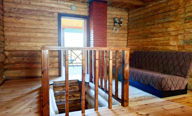 Усадьба «Сосновый дом», В спальне на втором этаже есть выход на террасу и есть спальные места для 6 человек.