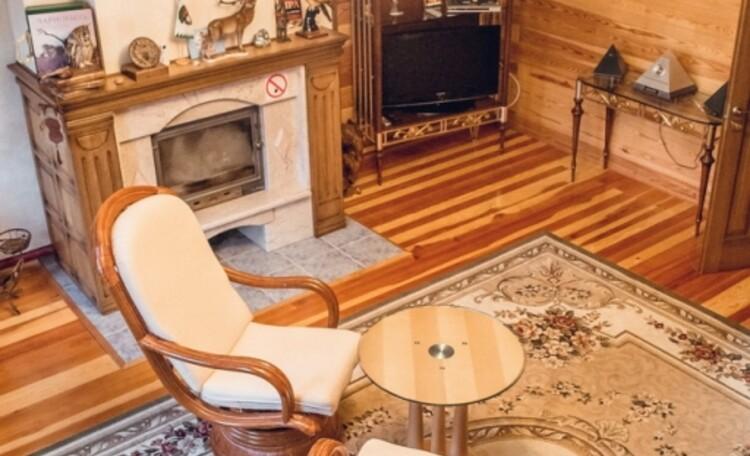 Усадьба «Беловежская сказка», Усадьба «Беловежская сказка», 1-ый этаж - вид с лестницы на гостинную