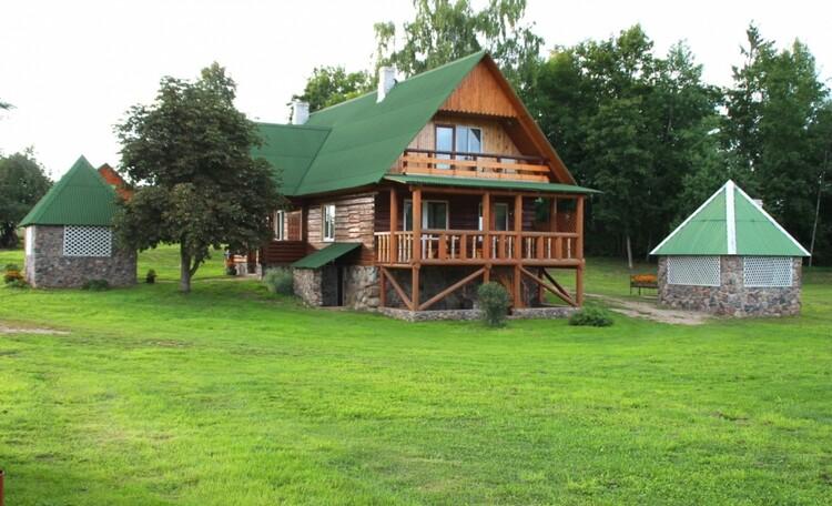 """Farmhouse """"Hutorok u ozera"""" (""""The farm by the lake"""") , Дольшой  дом  разделен на  две независимых половины,  но при необходимости дим может  использоваться одной компанией.(мах.14 человек). Первая часть большого дома №1  занимает крыло дома, повернутое к озеру и и имеет обширную терассу."""