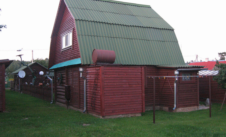 Усадьба состоит из рубленого двухэтажного домика, двух беседок, бани, небольшого сада