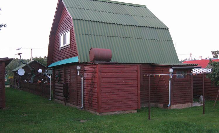 У Бондара на Загрэблі, Усадьба состоит из рубленого двухэтажного домика, двух беседок, бани, небольшого сада