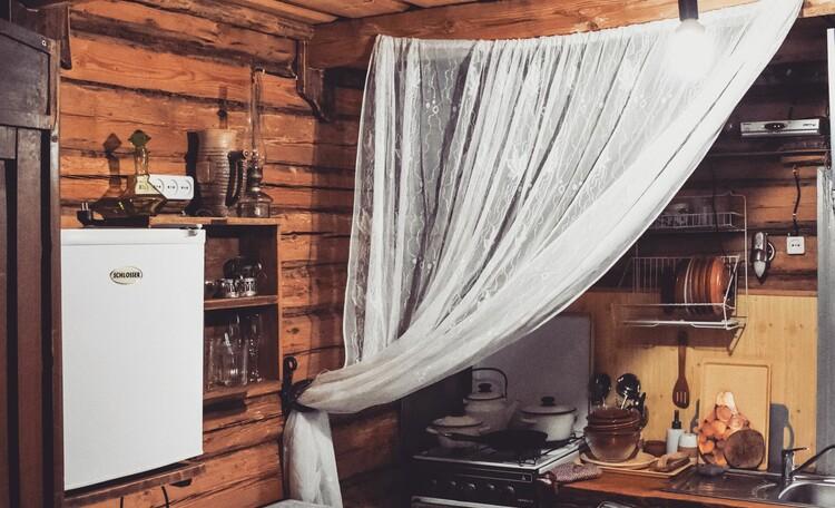 Голубые озера усадьба Трабутишки, Маленький дом, интерьер, небольшая кухня.