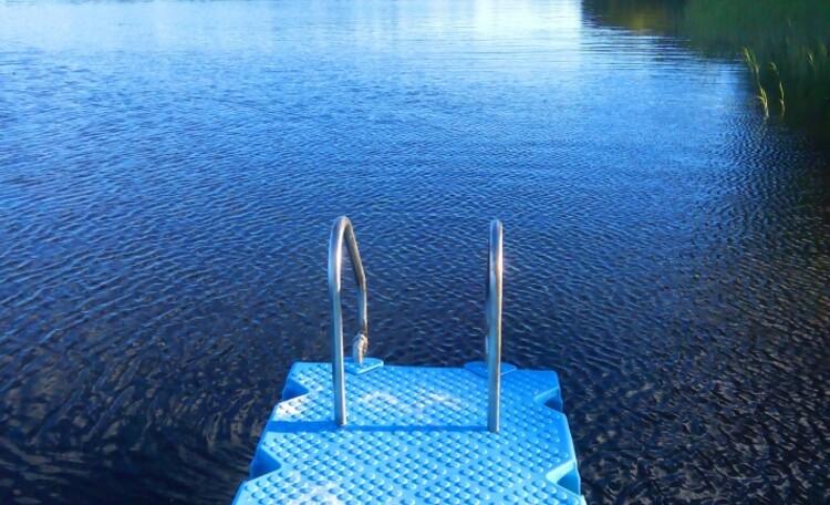 """Агроусадьба """"Хуторок у озера"""". , Новинка 2017 года  пластиковые понтоны вместо деревянных мостков.Для рыбаков дополнительно сделали два деревянных мостка, по обе стороны от пластиковых."""