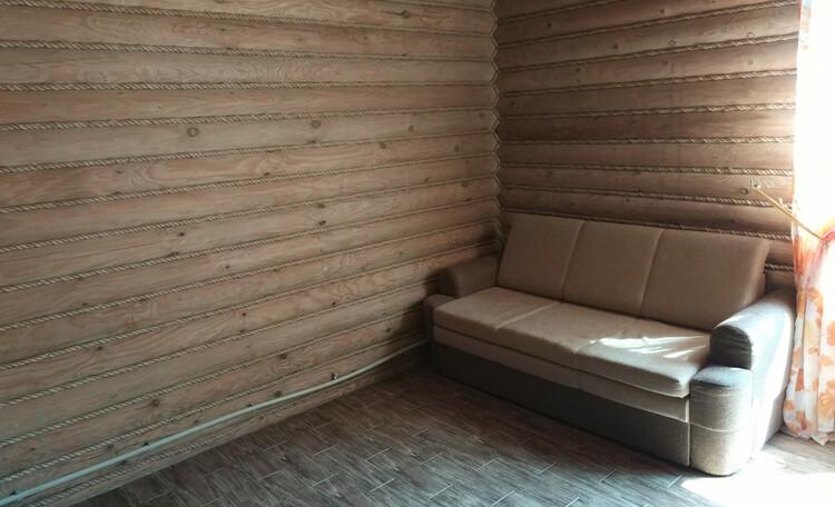Струсто, диван в номере люкс